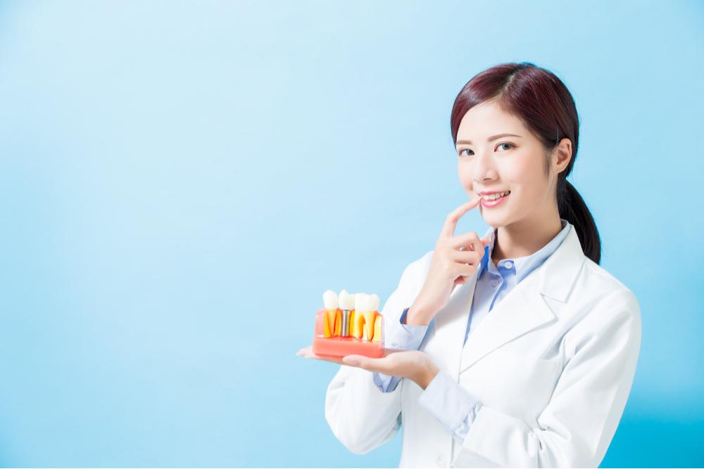 インプラント後の歯が揺れる原因とは?対処法とともに解説